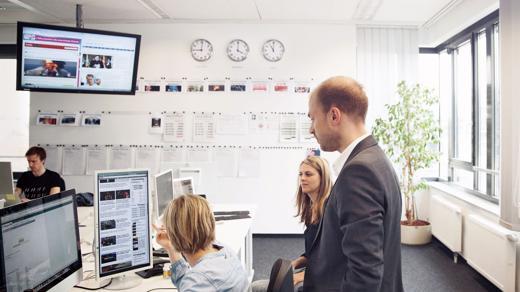 Sebastian Matthes im Newsroom der Huffington Post Deutschland