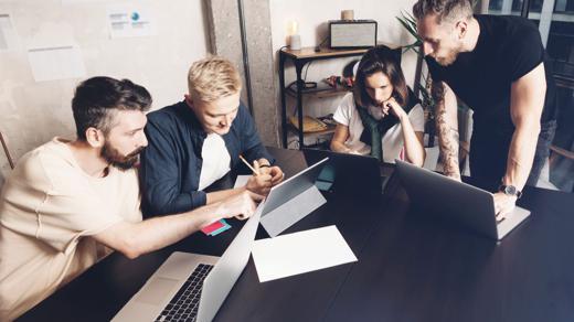 Young Professionals Agenturjob Kreative bei der Arbeit