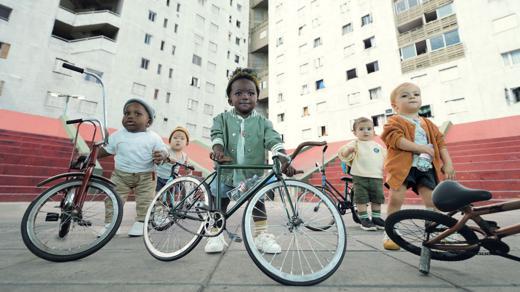 Evian und BETC bringen die berühmten Baby-Testimonials zurück