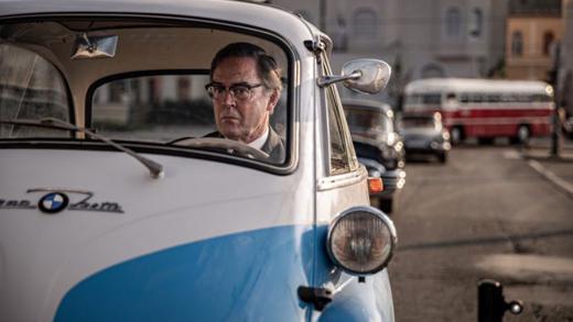 In einer umgebauten BMW Isetta gelingt die Flucht aus der DDR