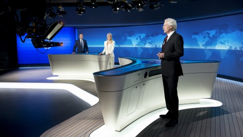 """Tagesthemen""-Anchorman Thomas Roth (r.) in dem neuen Studio (Bild: NDR/Thorsten Jander)"