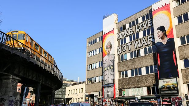 Outdoor-Installation zur Axe-Kampagne in Berlin