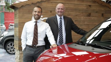 Salvatore Internullo, Marketingchef von Fiat Deutschland, und CEO Eric Laforge (r.)