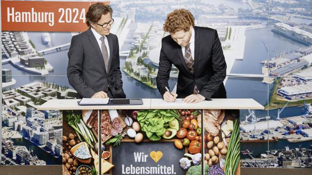 edeka chef markus mosa und nikolas hill bewerbungsgesellschaft hamburg 2024 bei der unterzeichnung - Edeka Online Bewerbung