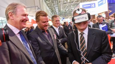 Günther Oettinger testet Virtual Reality am P7S1-Stand auf der Dmexco