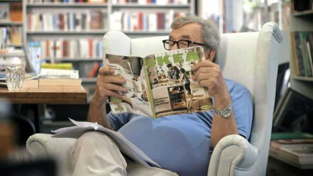 Literaturkritiker Hellmuth Karasek bei der Lektüre des Ikea-Katalogs, Foto: Ikea
