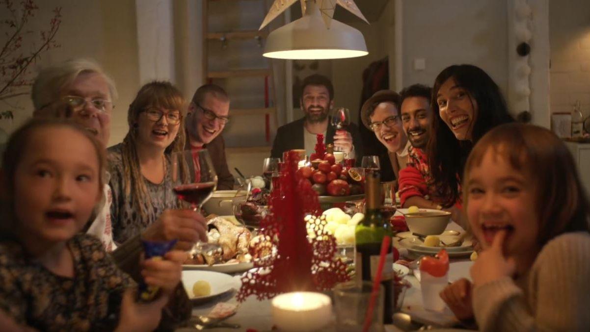 ikea weihnachtskampagne thjnk feiert ein herrlich unperfektes fest. Black Bedroom Furniture Sets. Home Design Ideas