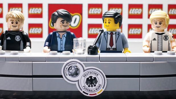 Lego Agenturneuling Realisiert Kleinste Pk Der Welt Mit Dfb Figuren