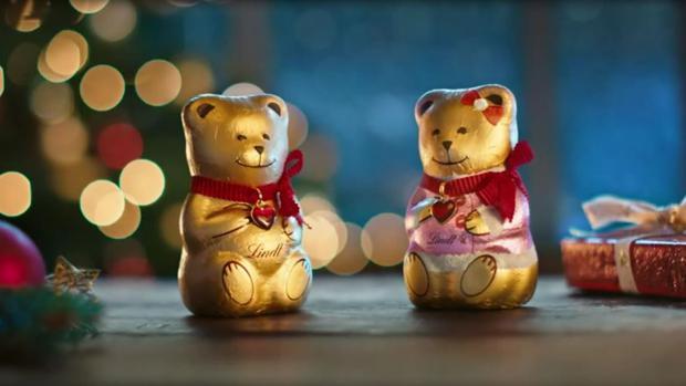 track kampagne lindt schenkt seinem goldenen schokoteddy zu weihnachten ein pinkes pendant. Black Bedroom Furniture Sets. Home Design Ideas