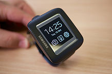 © Samsung Galaxy Gear in cradle by Kārlis Dambrāns - Flickr/Wikimedia