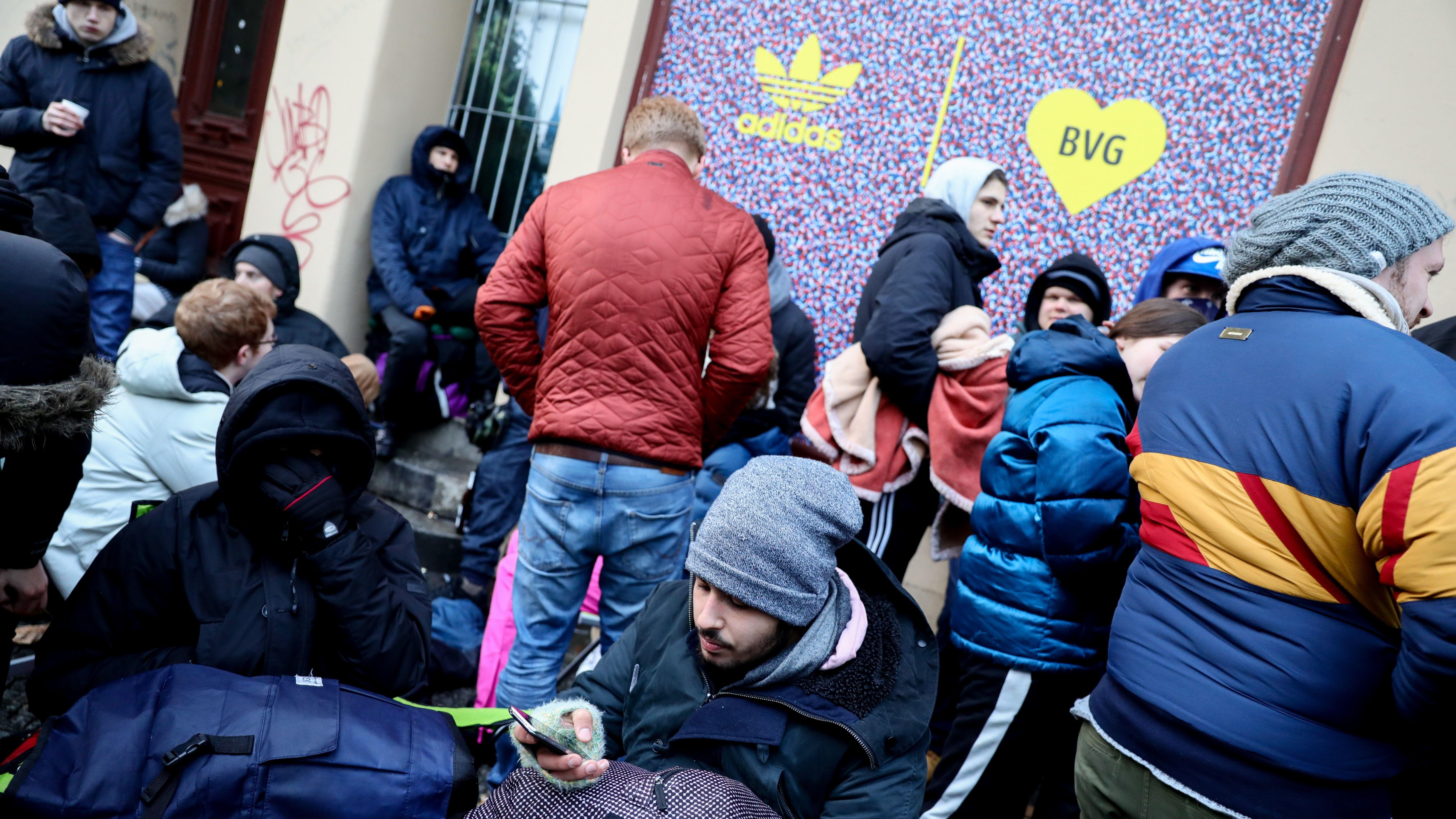Riesiger Hype um BVG Sneaker: Hunderte Fans campieren über