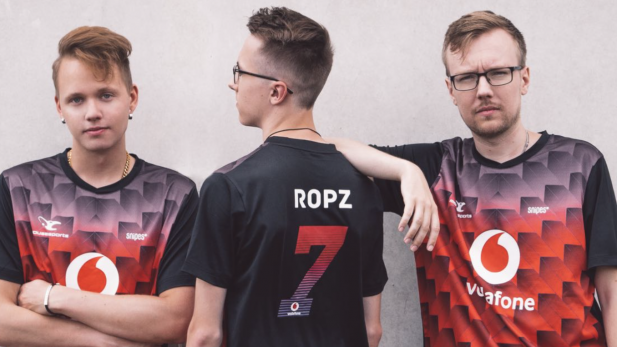 Drei Mousesports-Spieler in Snipes-Trikots