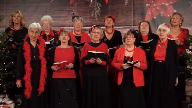 Weihnachtslieder Zum Singen.Netflix Wenn Seniorinnen Bingewatch Weihnachtslieder Singen