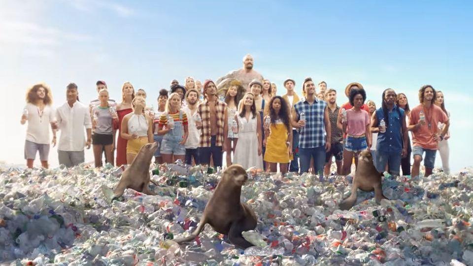 Kampagne gegen Plastikmüll: Sodastream macht Rod Stewart zum Meerestier - und schießt gegen Coca-Cola