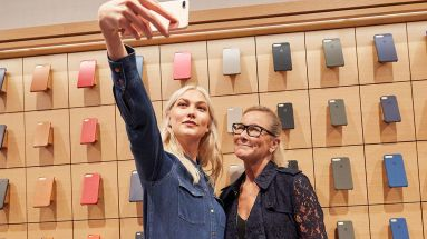 Scheidende Managerin: Angela Ahrendts (rechts) mit Model Karlie Kloss in einem Apple-Store