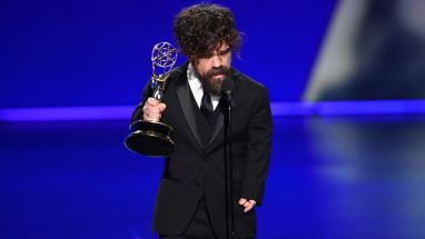"""Game of Thrones""-Star Peter Dinklage nimmt den Emmy entgegen."