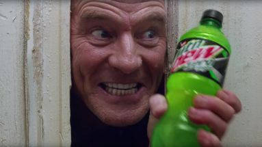 """Breaking-Bad""-Star Bryan Cranston parodiert beim Super Bowl LIV mit MTN DEW den Horror-Klassiker ""The Shining"""