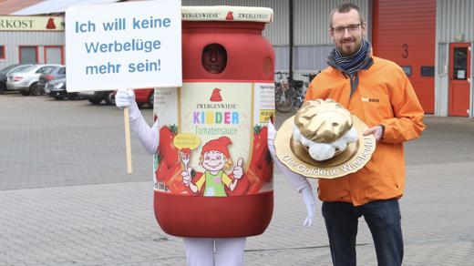Foodwatch bei der Übergabe des Goldenen Windbeutels an Zwergenwiese