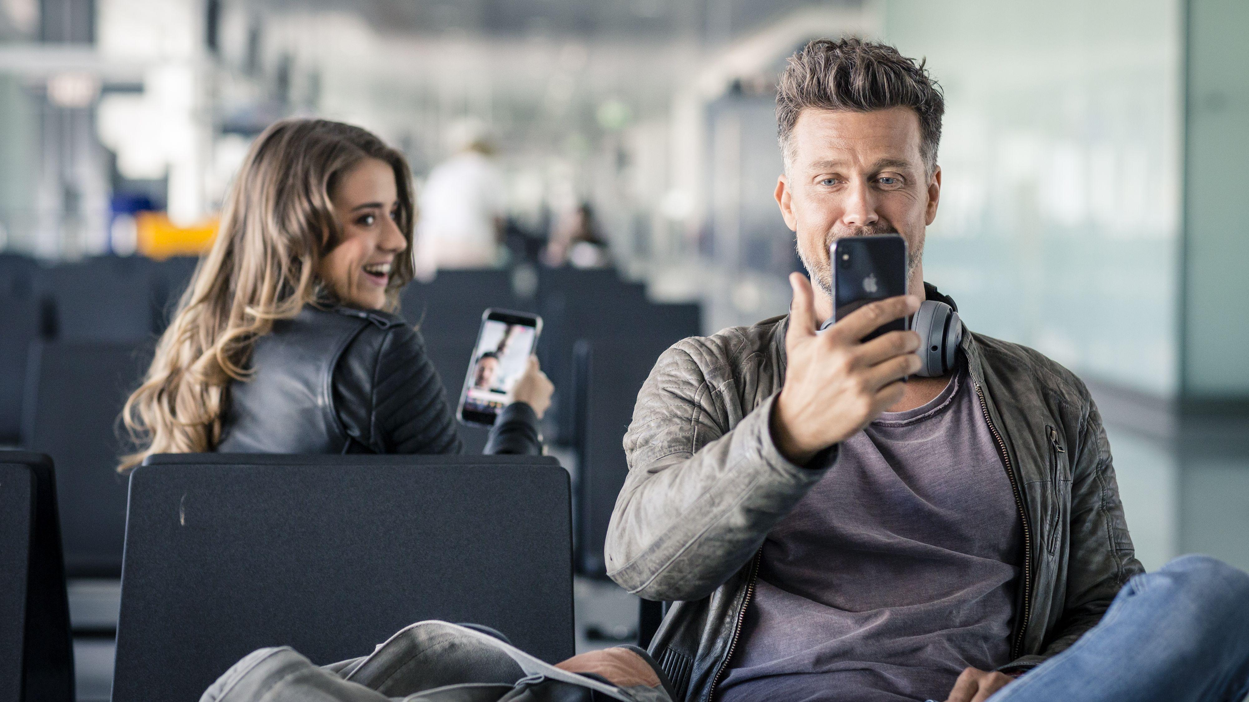 Flughafen München: Wayne Carpendale und eine Influencerin im Airport-Wunderland