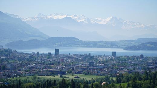 Blick auf die Stadt Zug mit See und Alpen
