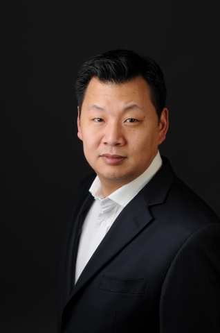Managing Director Richard Kim stellt Social Media-Studie von OMG 4CE vor