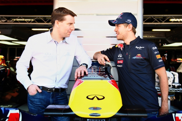 Sebastian Vettel (rechts) mit Nissan-Marketingmanager Simon Sproule