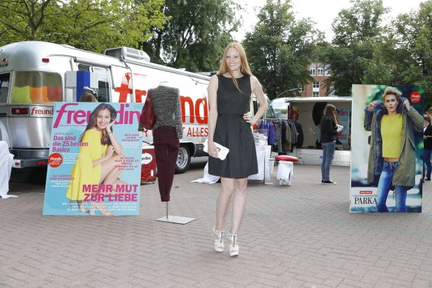 "Model Barbara Meier vor dem ""Freundin""-Bus in Hamburg (Bild: Burda)"